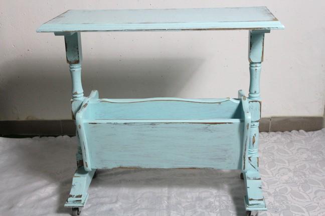 shabby zeitungstisch zeitungsst nder auf rollen hell blau massiv 40er jahre ebay. Black Bedroom Furniture Sets. Home Design Ideas
